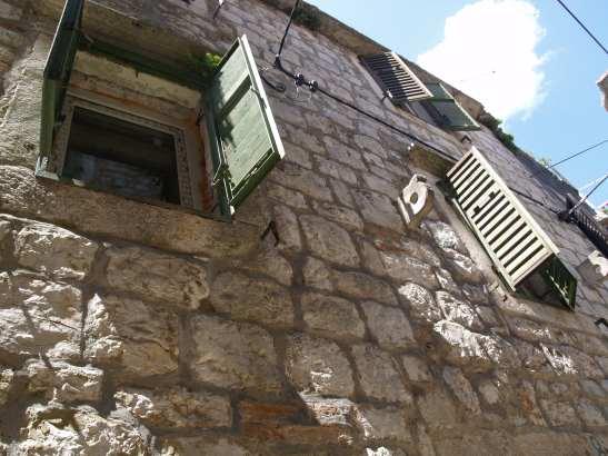 Dalmatinisches Altstadt-Steinhaus auf der Sonneninsel Hvar mit Meerblick