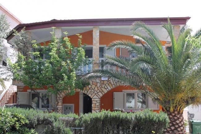 Renoviertes und komplett möbliertes Mehrfamilienhaus nur 70 m vom Meer entfernt